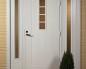 Белая входная дверь с красивыми стеклянными вставками