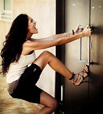 Девушка ломится в дверь
