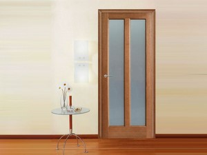 Дверь со стеклянными вставками в комнату