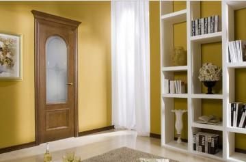 Дверь в комнату с закругленной стеклянной вставкой