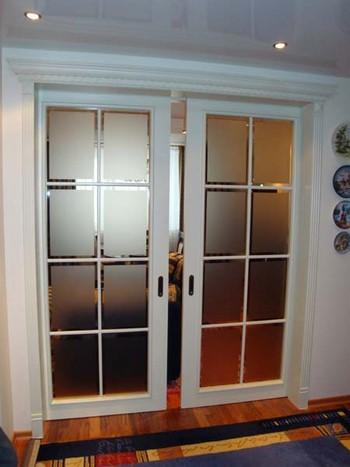 Двойная раздвижная белая дверь