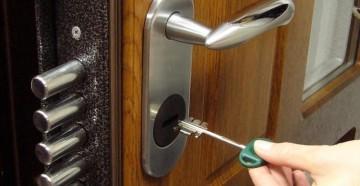 Ключ подносят к скважине