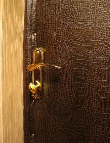Красивая обивка двери под крокодиловую кожу