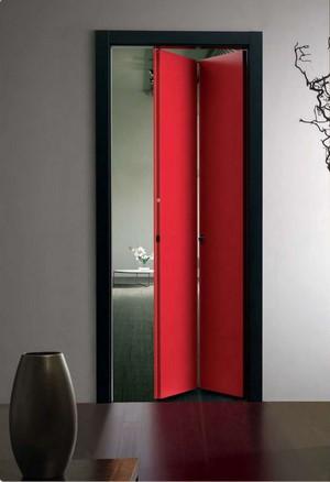 Красная дверь гармошкой