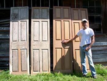 Мужчина и деревянные двери