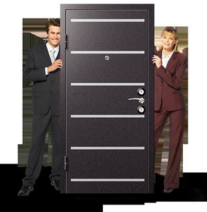 Парень и девушка стоят возле двери