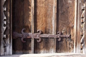 Петля на старинной двери