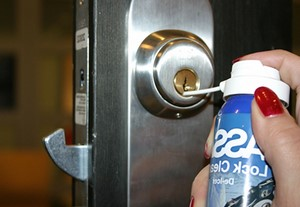 Смазка дверного замка