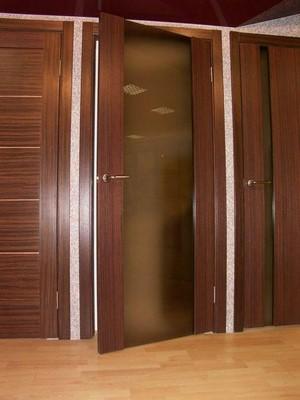 Темно-коричневые двери