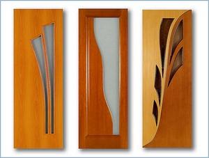 Три двери с узорами и стеклом
