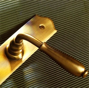 Золотистая дверная ручка