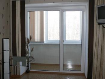 Дверь на балкон и окно во всю высоту стены