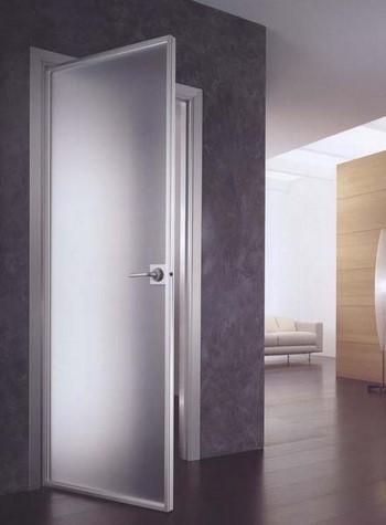 Дверь с большой стеклянной вставкой