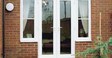 Двойная пластиковая дверь с окнами