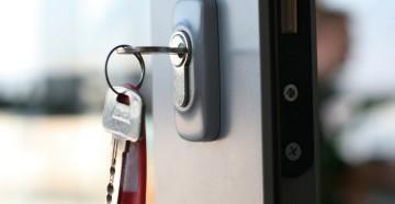 Ключ в замочной скважине