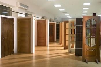 Много деревянных дверей