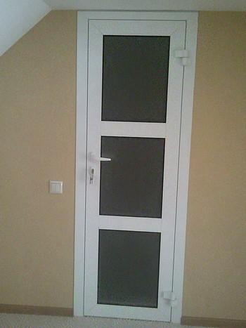 Пластиковая дверь с тремя вставками стекла