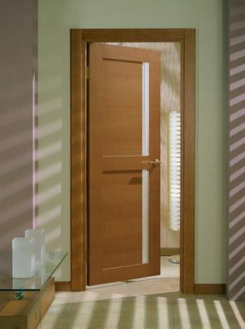 Приоткрытая деревянная дверь