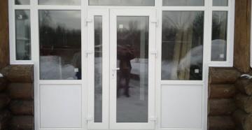Входная пластиковая дверь с окнами