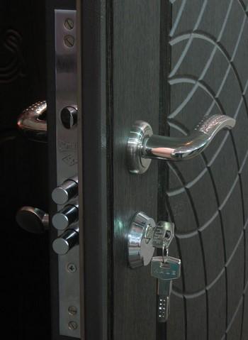 Железная дверь с ключом в замке
