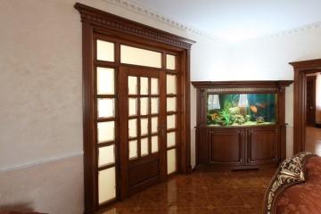 Большая красивая деревянная дверь со вставками