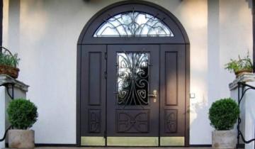 Большая красивая входная дверь