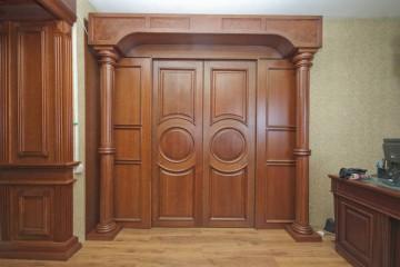 Деревянная дверь с колоннами