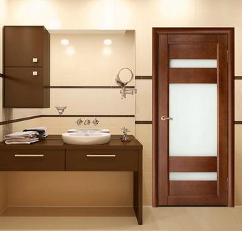 Деревянная дверь со стеклянными вставками в ванную