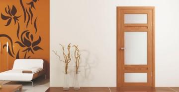 Дверь из светлого дерева со стеклянными вставками