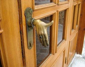 Дверная ручка в форме рукопожатия