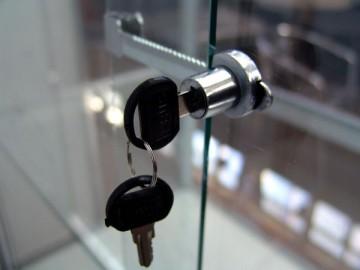 Ключ в замке стеклянной двери