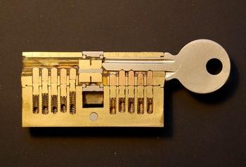 Ключ в замке в разрезе