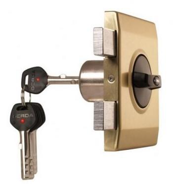 Ключи вставлены в накладной замок