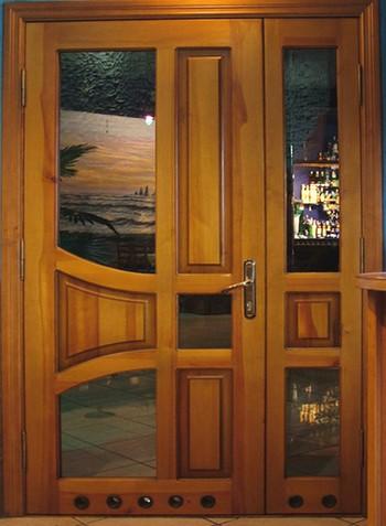Красивая дервянная дверь с вставками-рисунками