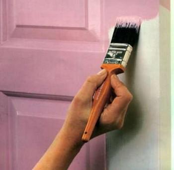 Красят дверь в розовый