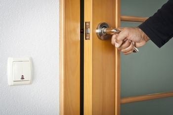 Мужчина держится за ручку двери