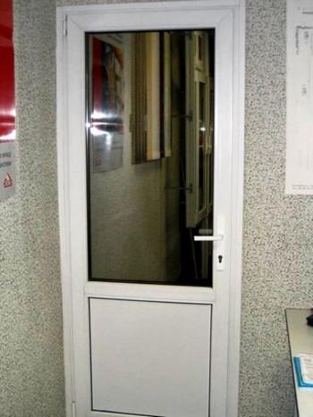 Обычная пластиковая дверь