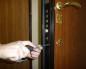 Отверткой откручивают дверной замок