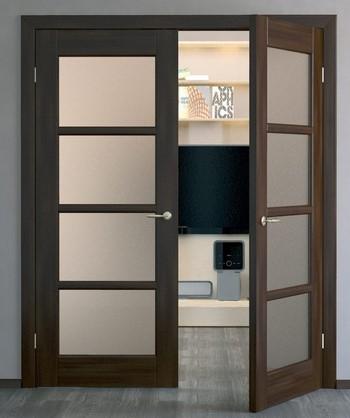 Распашная двустворчатая дверь со стеклянными вставками