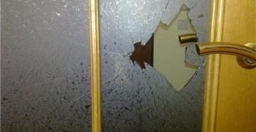 Разбитое стекло у двери