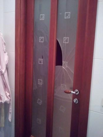 Разбившееся стекло у двери