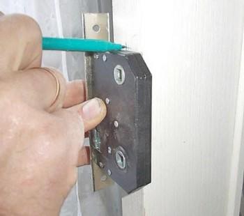 Разметка перед установкой дверного замка