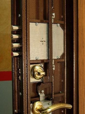 Разобранная железная дверь
