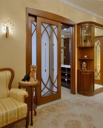 Стильная раздвижная дверь со стеклянными вставками