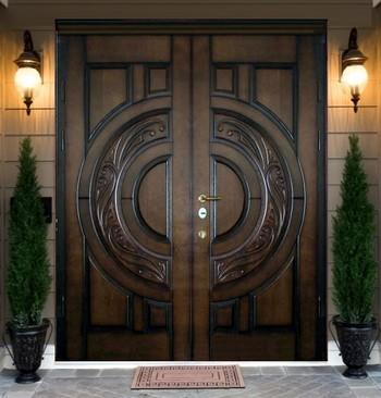 Темная входная дверь