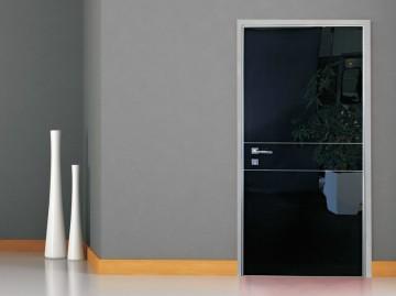 Черная стильная входная дверь