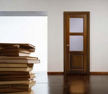 Деревянная дверь со стеклянной вставкой