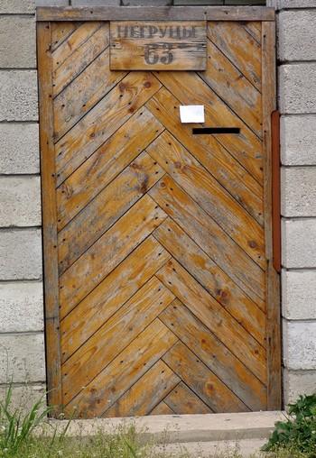 Деревянная входная дверь в домик