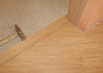 Фото молотка при монтаже двери