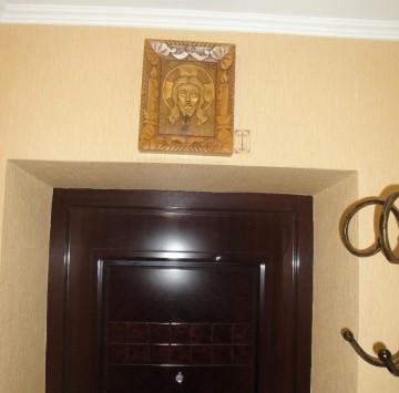 Икона над входной дверью